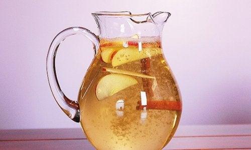 Вода з корицею, яблуком та лимоном допоможе втратити зайву вагу