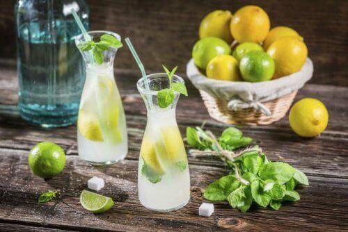 3 ранкові напої для гладенького живота