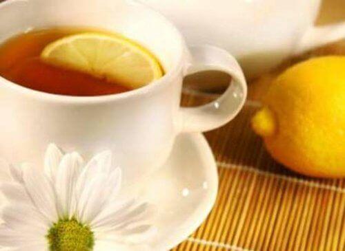 Чай та лимонні шкірки