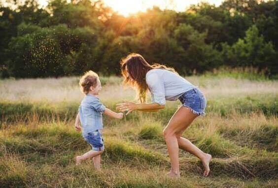мама грається з сином