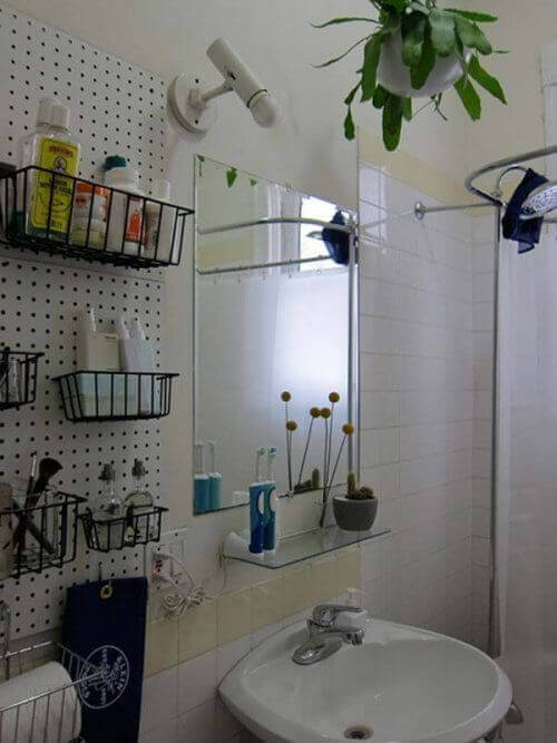 настінні кошики у ванній для зберігання засобів гігієни