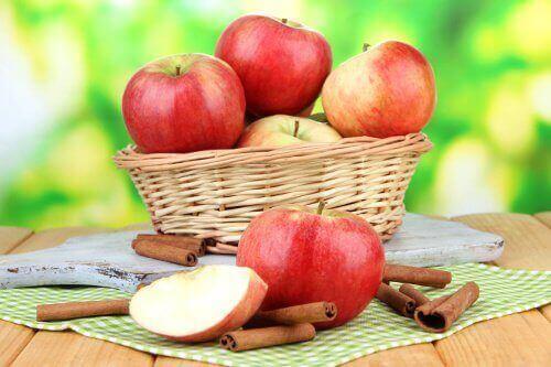 яблука у кошику