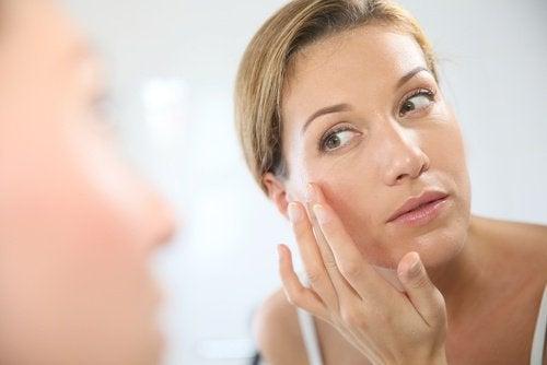 жінка мастить обличчя кремом