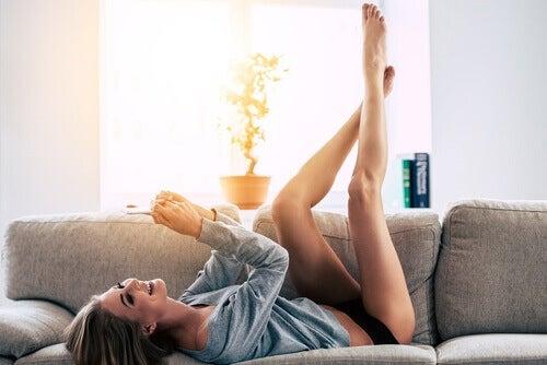 дівчина лежить на дивані