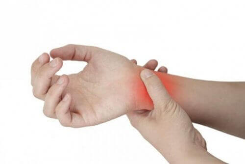 теносиновіт спричиняє біль в ділянці зап'ястя