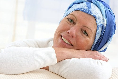 жінка з блакитною хусткою на голові