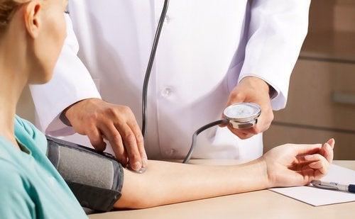 лікар вимірює артеріальний тиск