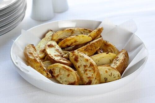 смажена картопля на серветці