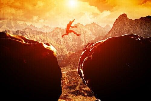 чоловік срибає зі скелі на скелю
