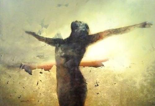 жінка підняла руки