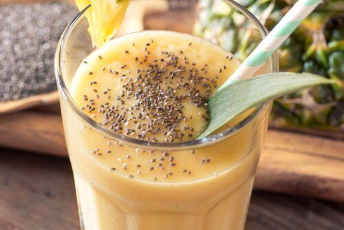 коктейль з ананаса та насіння чіа