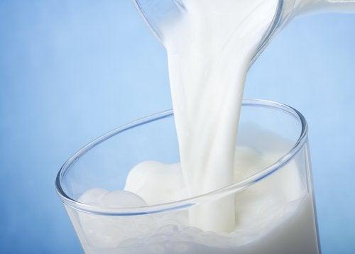 молоко, щоб зменшити темні кола