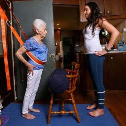 стара бабця займається йогою з тренером