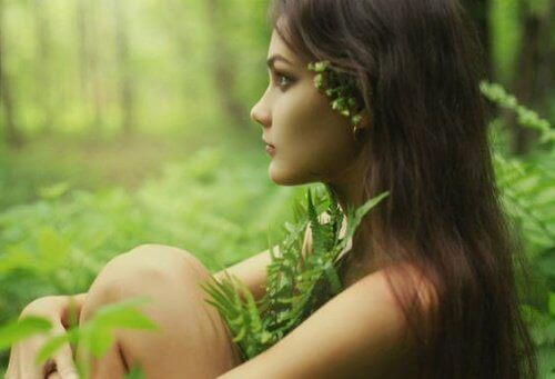 жінка на природі