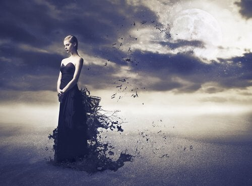 жінка в чорній сукні з негативними емоціями
