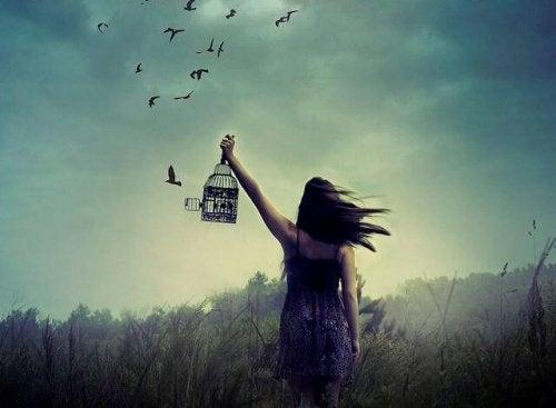 дівчина випускає пташок з клітки