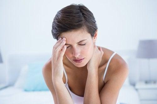 жінка відчуває головний біль