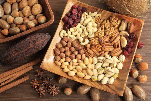 тарілка з різними горіхами