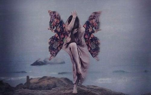 дівчина з крилами метелика