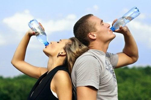 чоловік і жінка п'ють воду