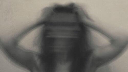 жінка переживає тривогу