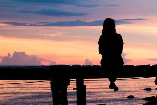 жінка дивиться на захід сонця