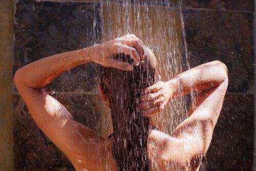 жінка приймає душ