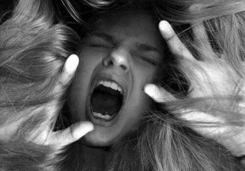 жінка у гніві