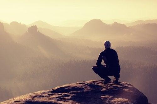 хлопець дивиться на гори