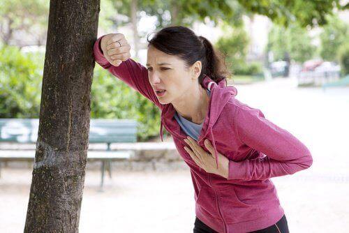 жінка біля дерева