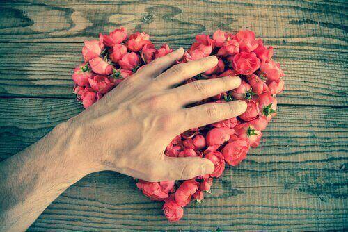 серце з рожевих троянд