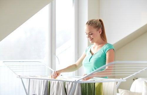 дівчина розвішує одяг на сушку