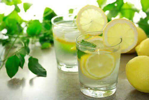 тепла вода з лимоном