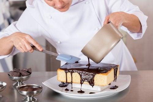 кухар готує десерт