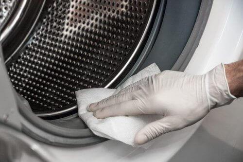 Як природним чином усунути цвіль з пральної машини