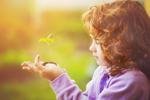 дитина та рослина