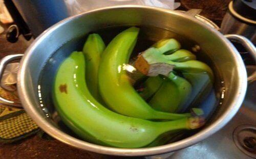 банан та кориця у вигляді чаю