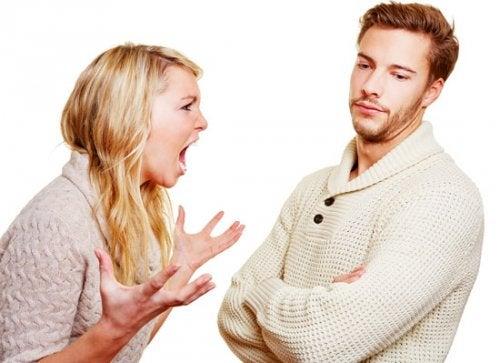 жінка кричить на чоловіка