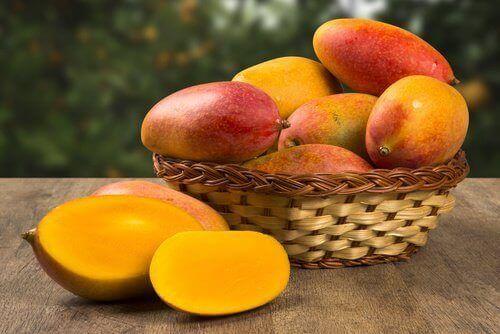 манго у корзині