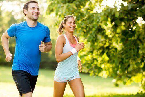 хлопець та дівчина на пробіжці