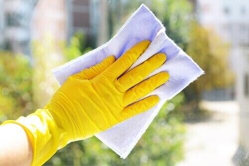 прибирання у гумових рукавицях