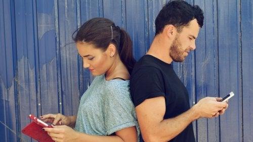 хлопець та дівчина сидять у соціальних мережах