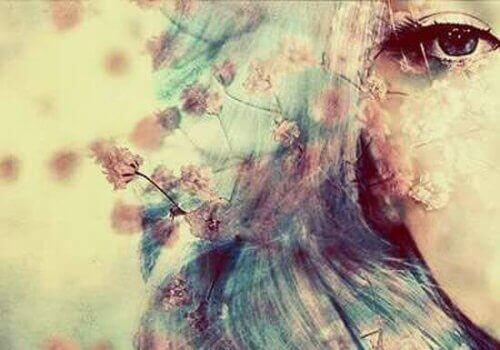 жінка з квітами у волоссі