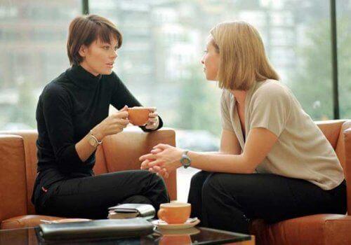 дві жінки розмовляють за кавою