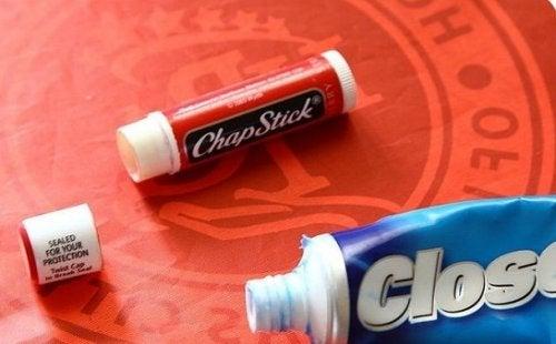 бальзам для губ та зубна щітка