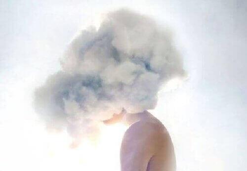 людина з головою у хмарі