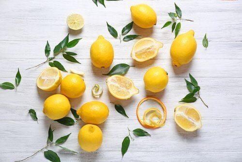 лимони та листя лимону на поверхні