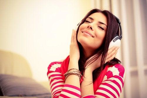 дівчина слухає музику в навушниках