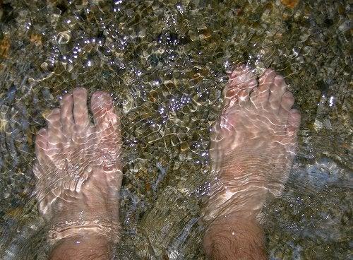 ноги у воді