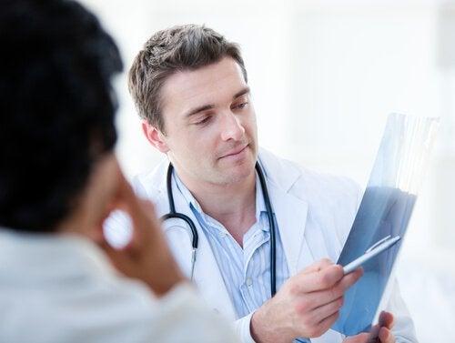 Лікар тримає рентген простати